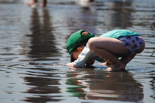 child-playing-in-water-885298_640